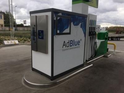 Budka AdBlue obok dystrybutora
