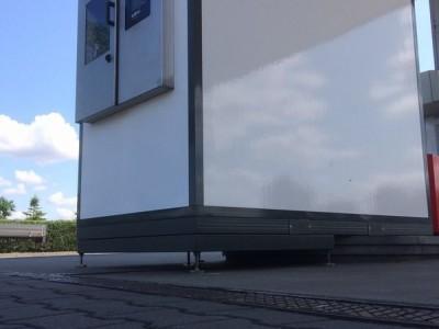 Biały dystrybutor ze srebrnym panelem od spodu