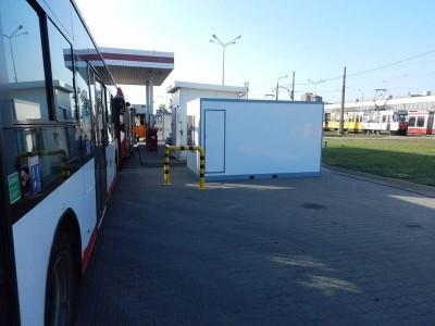 Autobus z białą budką