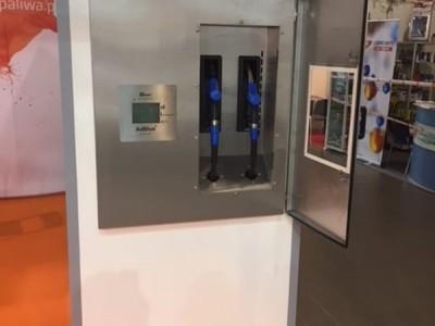Otwarte drzwi białego dystrybutora